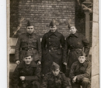 Zes militairen in uniform, 2de Linieregiment, negende compagnie, 1936
