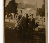Georges en Roger De Landsheer op het marktplein, Sint- Lievens- Houtem, na 1945