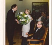 Vrouw burgemeester Otte ontvangt bloemen bij de beëindiging van de loopbaan van haar man, Sint-Lievens-Houtem, 1994