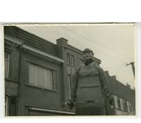 Reus met bolhoed in de Bacchusstoet, Sint- Lievens- Houtem, 1960-1970