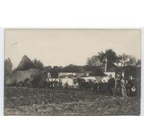 Mensen voor een uitgebrande hoeve, Melle, 1914-1918