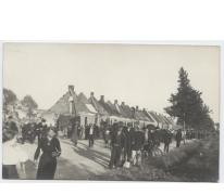 Mensen bij een rij uitgebrande huizen, Melle, 1914-1918