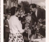 Burgemeester Otte ontvangt bloemen op de dag van zijn inhuldiging, Sint-Lievens-Houtem, 1959
