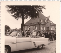 Burgemeester Otte in open wagen met zijn echtgenote, Sint- Lievens- Houtem, 1959