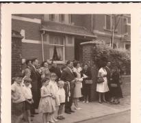 Burgemeester Otte en echtgenote tussen het volk, Sint-Lievens-Houtem, 1959